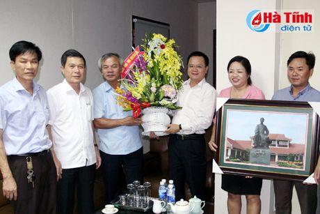 Pho Bi thu Thuong truc Tinh uy chuc mung doanh nghiep, doanh nhan - Anh 2