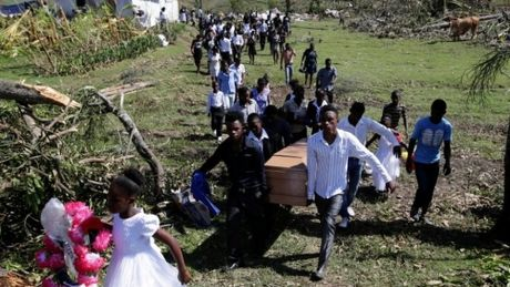 Haiti lam mo chon tap the gan 1.000 nguoi chet vi bao Matthew - Anh 2
