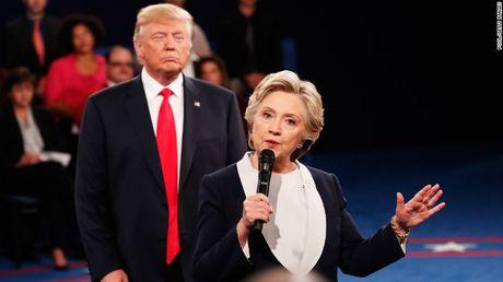 Ba Hillary giu phong do, ong Trump muon doi thu vao tu - Anh 1