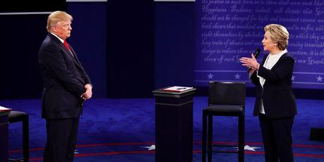 Ba Hillary giu phong do, ong Trump muon doi thu vao tu - Anh 3