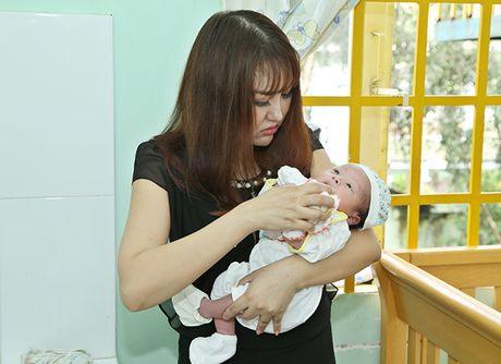 Vo chong Phi Thanh Van be con trai 8 thang tuoi di tu thien - Anh 4