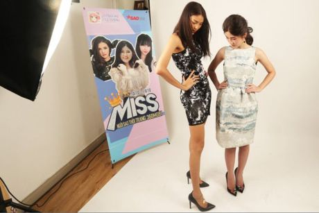 HLV Lan Khue tan tam chi dan cho top 3 - miss NSTT 360mobi trong buoi chup anh - Anh 7