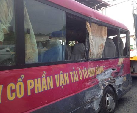 Ninh Binh: Xe tai tong xe khach, hon 20 nguoi nhap vien - Anh 1