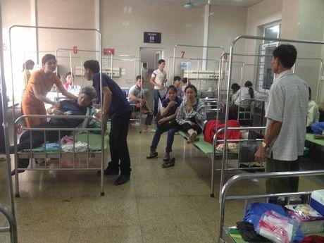 Ninh Binh: Xe tai tong xe khach, hon 20 nguoi nhap vien - Anh 2