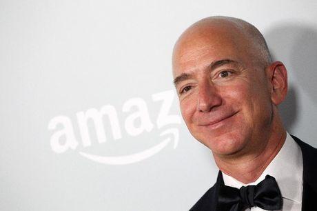 """Jeff Bezos gianh duoc """"ngoi vi"""" Warren Buffett nam giu 15 nam qua - Anh 1"""