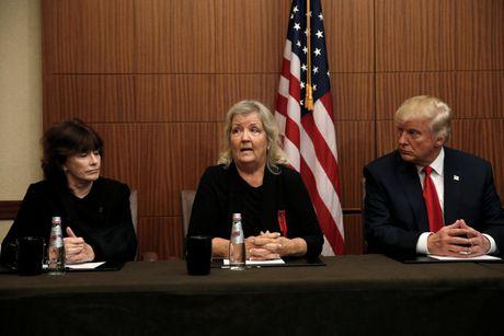Trump xuat hien cung nguoi to Bill Clinton lam dung tinh duc - Anh 1