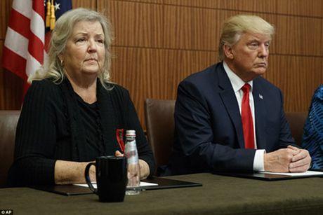 Ong Trump hop bao voi cac phu nu to ong Clinton quay roi tinh duc - Anh 2