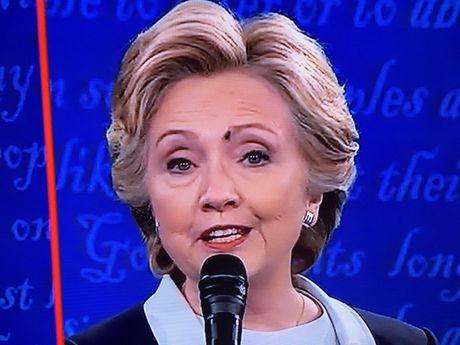 Xon xao chuyen ruoi dau mat ba Clinton luc tranh luan - Anh 1