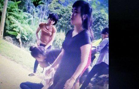 Dinh chi 1 nam hoc 2 nu sinh da ban bat tinh tai cho - Anh 2