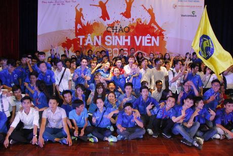 2000 sinh vien Nghe Tinh chay het minh trong chuong trinh 'Chao tan sinh vien 2016' - Anh 1