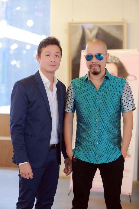 A quan The Face Khanh Ngan vai tran quyen ru ben MC Anh Tuan - Anh 6