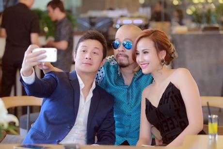 A quan The Face Khanh Ngan vai tran quyen ru ben MC Anh Tuan - Anh 9