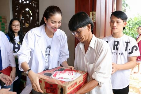 NSND Ngoc Giau cung Pham Huong ve Ben Tre phat thuoc cho nguoi ngheo - Anh 1
