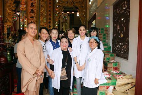 NSND Ngoc Giau cung Pham Huong ve Ben Tre phat thuoc cho nguoi ngheo - Anh 4