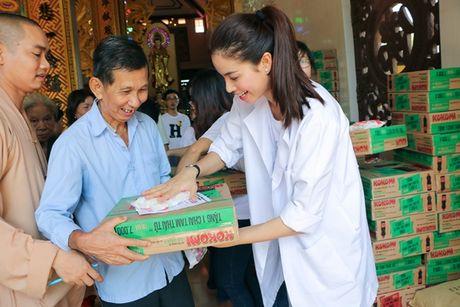 NSND Ngoc Giau cung Pham Huong ve Ben Tre phat thuoc cho nguoi ngheo - Anh 5