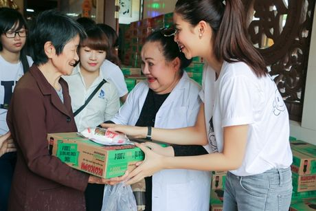 NSND Ngoc Giau cung Pham Huong ve Ben Tre phat thuoc cho nguoi ngheo - Anh 6