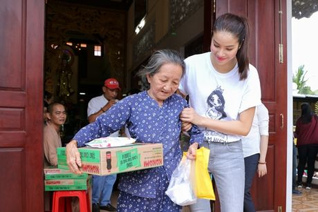 NSND Ngoc Giau cung Pham Huong ve Ben Tre phat thuoc cho nguoi ngheo - Anh 7