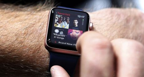 Cac Bo truong Anh bi cam deo dong ho Apple Watch vi 'so tin tac Nga' - Anh 1