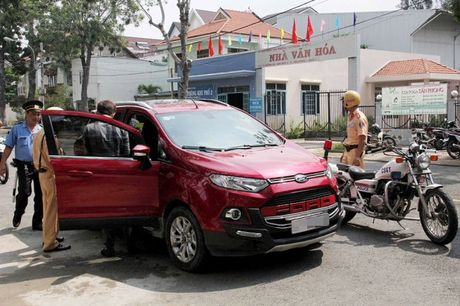 Uber day lai xe hoc cach doi pho voi thanh tra giao thong - Anh 1