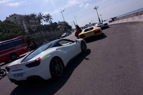 Cuong 'Do la' cam lai Ferrari 488GTB cung bo doi Lamboghini Aventador dao pho - Anh 2