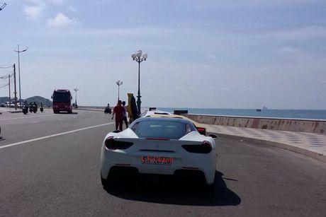 Cuong 'Do la' cam lai Ferrari 488GTB cung bo doi Lamboghini Aventador dao pho - Anh 3
