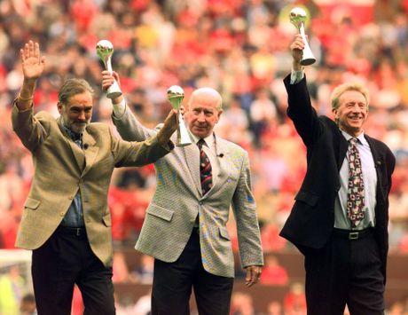 Bobby Charlton: Tuong dai song o Old Trafford - Anh 10