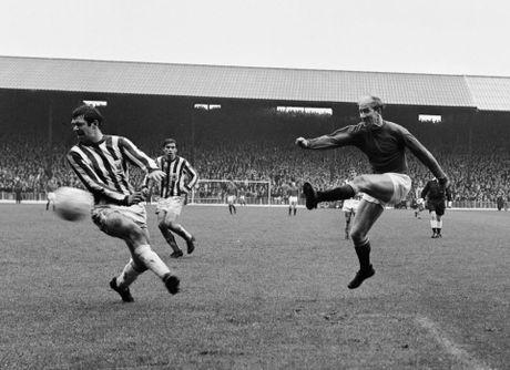 Bobby Charlton: Tuong dai song o Old Trafford - Anh 6