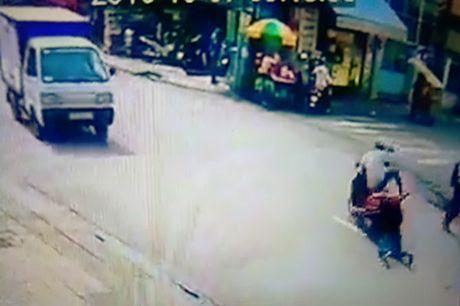 Nghi can keo le co gai tren duong pho Sai Gon bi bat - Anh 2