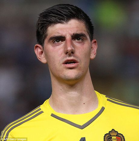Courtois phat cau vi Hazard lam dung ky thuat - Anh 1