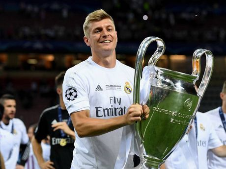 Toni Kroos sap tro thanh cau thu Duc huong luong cao nhat - Anh 1
