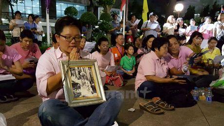 Nguoi dan Thai Lan cau nguyen cho Nha vua Bhumibol - Anh 1