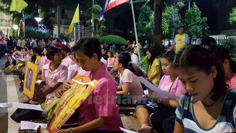 Nguoi dan Thai Lan cau nguyen cho Nha vua Bhumibol - Anh 2