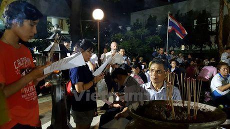 Nguoi dan Thai Lan cau nguyen cho Nha vua Bhumibol - Anh 3