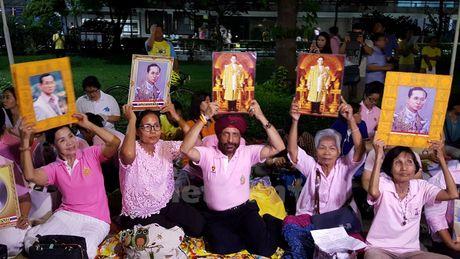 Nguoi dan Thai Lan cau nguyen cho Nha vua Bhumibol - Anh 4