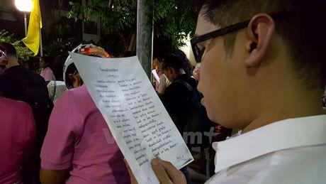 Nguoi dan Thai Lan cau nguyen cho Nha vua Bhumibol - Anh 5