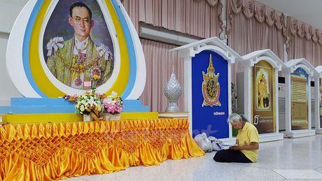 Nguoi dan Thai Lan cau nguyen cho Nha vua Bhumibol - Anh 6