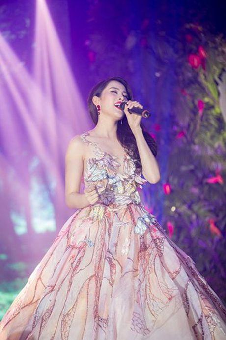 Trang phuc giup Nam Em khoe nguc khung tao bao tai Miss Earth 2016 - Anh 13
