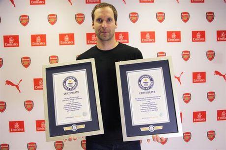 Petr Cech nhan lien 2 ky luc Guinness - Anh 1
