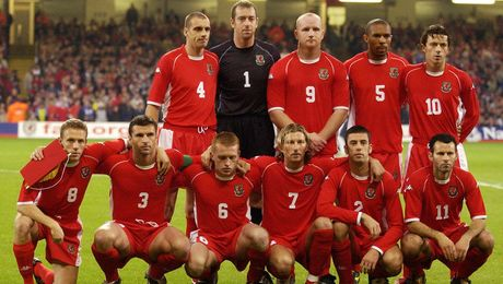 Gareth Bale va dong doi chup anh luu niem cuc di - Anh 1