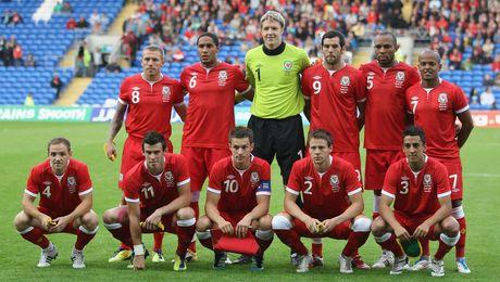 Gareth Bale va dong doi chup anh luu niem cuc di - Anh 2