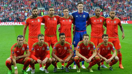 Gareth Bale va dong doi chup anh luu niem cuc di - Anh 3