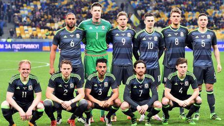 Gareth Bale va dong doi chup anh luu niem cuc di - Anh 4