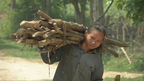 Ganh nang com ao de len doi vai nguoi phu nu ngheo - Anh 1