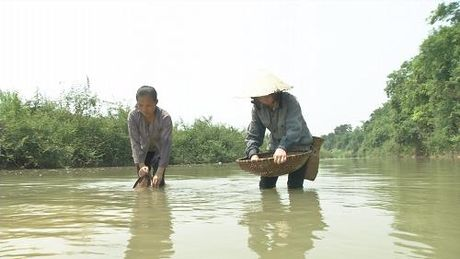 Ganh nang com ao de len doi vai nguoi phu nu ngheo - Anh 2
