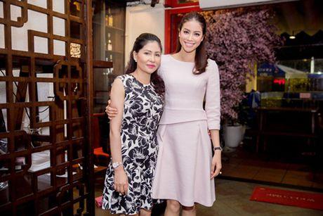 Hoa hau Pham Huong cung me du su kien day nhan van ve lam dep - Anh 1