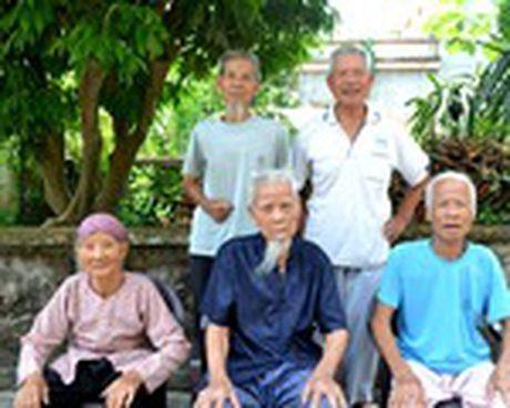 Nhung dieu 'la' ve cap song sinh gan tram tuoi o Hai Duong - Anh 1