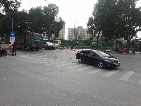 Ha Noi: Tai nan lien hoan tren duong Pham Van Dong, 4 o to hu hong - Anh 1