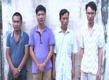 Thanh Hoa: Bat 4 doi tuong cuong doat tai san cua cac chu may gat lua - Anh 1