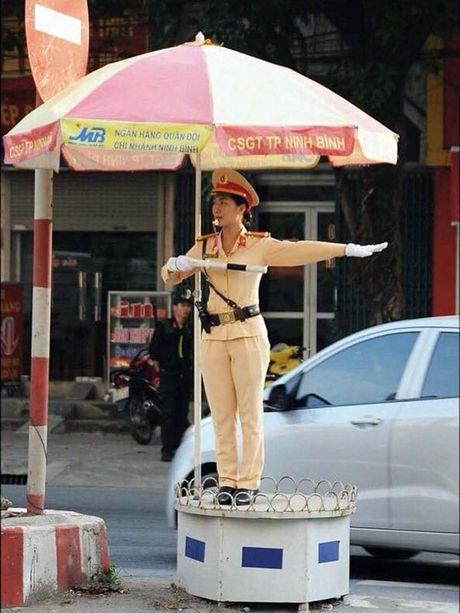 Nu Canh sat giao thong het long phuc vu nhan dan - Anh 1