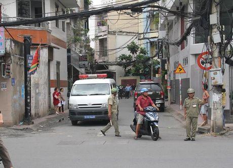 TPHCM: No sung o UBND phuong, 1 nguoi nghi tu sat - Anh 1